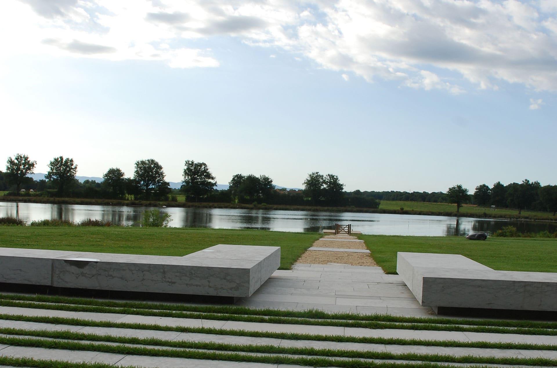 architec-terrasse-pierre-verdure-lac